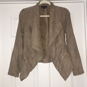 Suede cropped jacket with zipper detail.